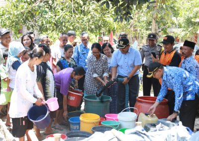 Wakil Bupati Ony Anwar Memberikan Bantuan Air Bersih di Desa Kauman Kec.Widodaren